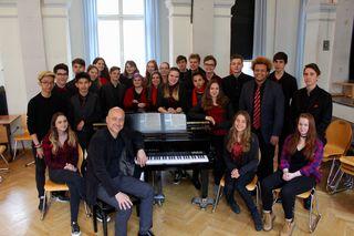 Chorleiter Gerhard Schneider mit dem siegreichen Chor der 7C - Dresscode: Alle in Schwarz mit einem roten Eyecatcher
