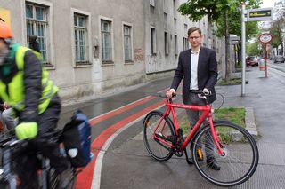 Wiens Radverkehrsbeauftragter Martin Blum an der Kreuzung Flurschützstraße/ Längenfeldgasse - der alte Radweg wird 2017 saniert