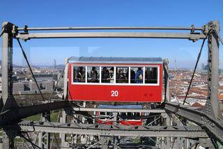 Wiener Riesenrad mit Ausblick zum Millennium Tower (links) und Donauturm (rechts)
