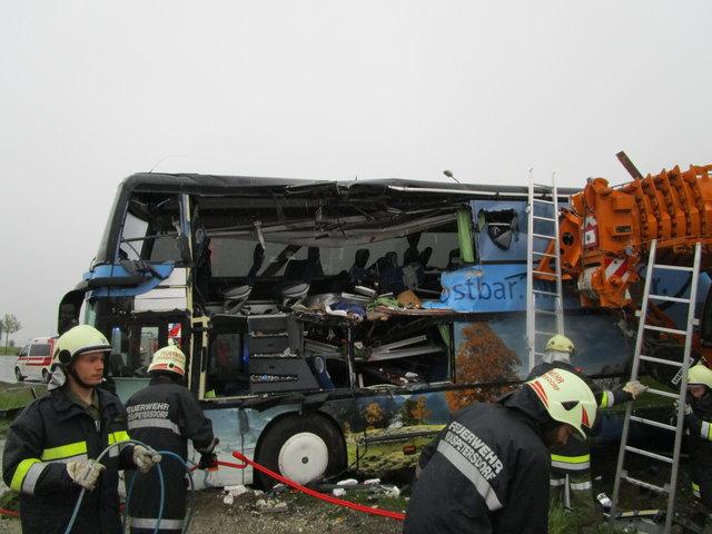 Drei Feuerwehren und etliche Rotkreuz-Helfer waren bei dem tragischen Unfall im Einsatz.