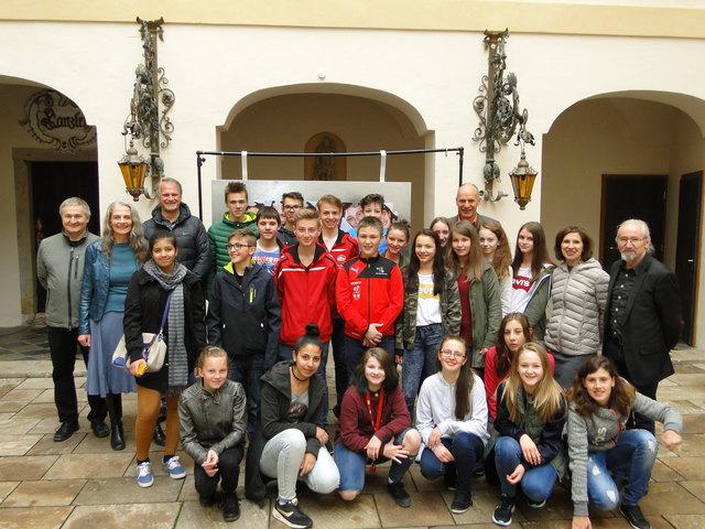 Die SchülerInnen der NMS Pischelsdorf mit den Akteuren und Ehrengästen bei der Aufführung.
