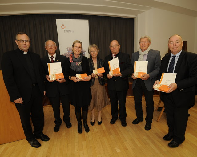 Die TrägerInnen des Goldenen Ehrenzeichens, darunter auch Christine Hofinger aus Mutters und Hubert Stolz aus Götzens