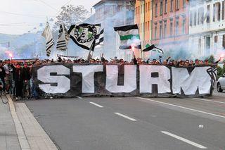 An Sturms 108. Geburtstag marschierten die Fans zur Rettung der alten Tribüne in die Gruabn.