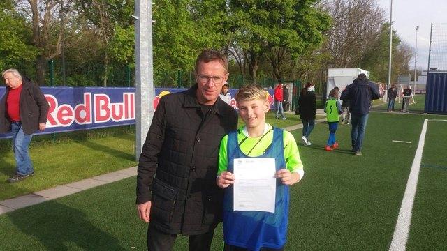 Ralf Rangnick persönlich gratulierte Julian Schimmank zu seiner Top-Leistung beim Probetraining.