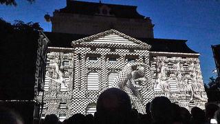 Erleuchtete Oper: das faszinierende Schauspiel an der Fassade