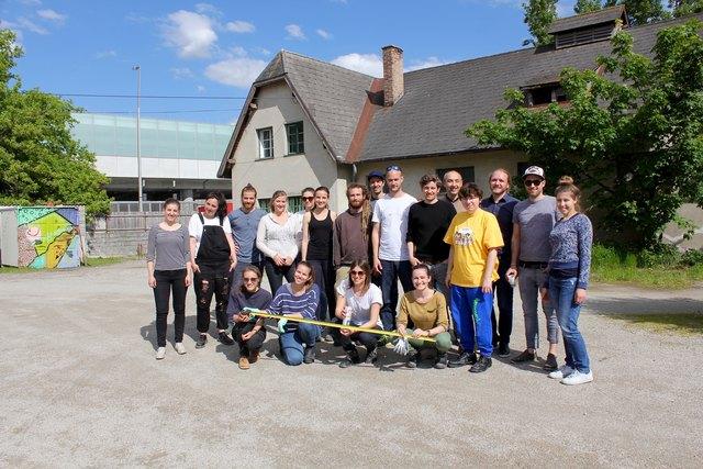 Erinnerungsfoto: Die Studentinnen und Studenten des Institutes für Raumgestaltung mit ihren Professoren