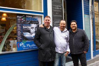 Das doppelte Geburtstagskind David Olbrich mit La Pasteria Chef Xerxes Panzenböck und Toni Wegas