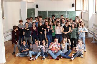 Spaß an der Musik und dem Miteinander: die Mädchen und Burschen des A-cappella-Chors Via Lentia mit Chorleiter Thomas Pulker.