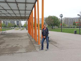 Christian Moritz in der Mitte des Parks, wo das Parkcafé gebaut werden soll. Er möchte, dass die Anrainer Mitspracherecht haben.