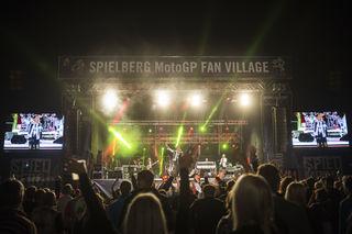 Im Fan Village gibt es Open Air-Konzerte. Foto: Red Bull/Zangrando