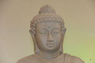 """Mit 35 Jahren saß Siddhartha Gautama in einer Vollmondnacht in tiefster Versenkung unter einer Pappelfeige, als er """"erwachte"""". Hass, Begierde und Unwissenheit vielen von ihm ab. Er wurde zum """"Buddha"""" zum Erwachten."""
