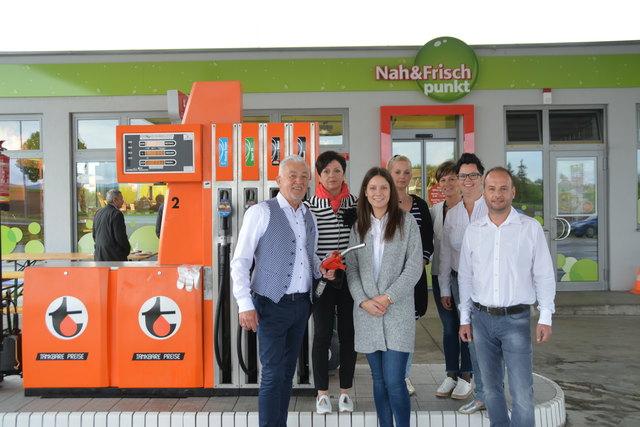"""Das """"Nah & Frisch Punkt""""-Team Jabing begrüßt seine Kunden mit tankbaren Turmöl-Preisen."""