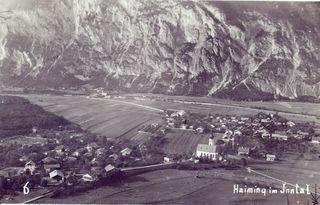 """Haiming um 1930. Die Aufnahme zeigt die Ortsteile """"Steigge"""" (links), Dorf (Mitte) und Magerbach mit Brücke im Hintergrund."""