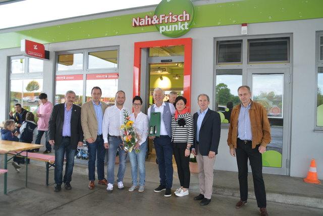 Partner des neuen Shops gratulierten Alexander Szabo (4.v.re.) und Kerstin Bischof (4.v.li.) zur Eröffnung und zum gelungenen Umbau.