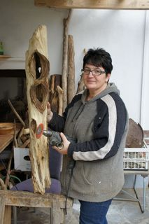 Vera Walchshofer macht aus Treibholz schöne Skulpturen.