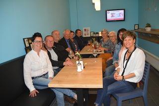Kerstin Bischof und einige Stammgäste genossen die neue Sitzecke im Café.