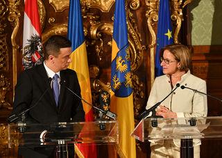 Landeshauptfrau Johanna Mikl-Leitner und Rumäniens Premierminister Sorin Grindeanu im Gespräch