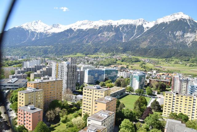 Grandiose Aussicht auf die Bergwelt und den Stadtteil.