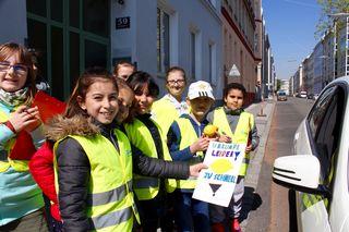 Die Kinder der 3B verteilen eine Zitrone für Schnellfahren - beim nächsten Mal heißt´s das Geschwindigkeitslimit beachten!