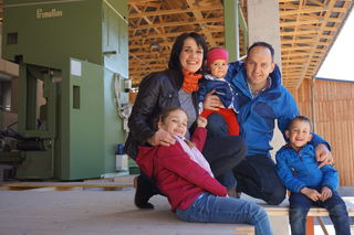 Roland und Melanie Seppele mit ihren Kindern in der neu erbauten Werkshalle. Ab sofort wird wieder gesägt