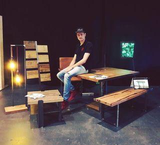 David Auinger mit seinen Möbeln beim Kunst- und Designmarkt in Linz.