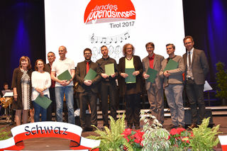 LRin Beate Palfrader (li.) mit den ChorleiterInnen der Gesangsvereine, die Tirol beim Bundesjugendsingen in Graz vertreten werden.