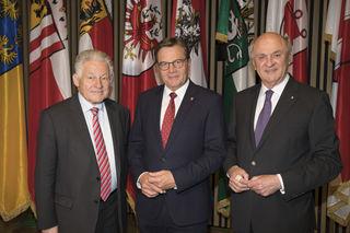 LH Günther Platter ehrte bei der Landeshauptleute-Konferenz in Alpbach die Landeshauptleute a.D. Josef Pühringer und Erwin Pröll (v.li.)