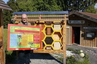 """Engelbert Beham, Obmann des Imkervereins Freinberg, zeigt die aufwändig gestalteten Schautalefn, des Bienenlehrpfads """"BiWaNa"""", der am 23. Juli, eröffnet wird."""