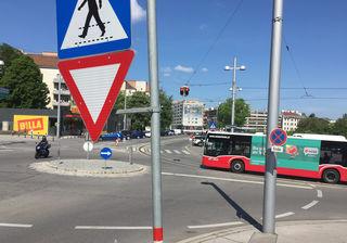 Ampelkreisverkehr Wien: Bei Rot muss man Bus fahren lassen.
