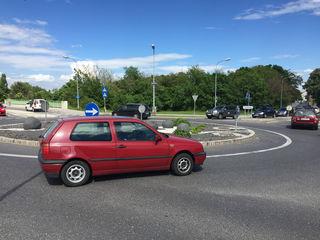 Der Kreisverkehr Schwechat, Rannersdorf und Kledering ist ziemlich frequentiert. Die meisten Lenker sind fehlerlos.