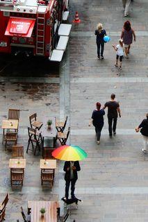 Nach dem Regen am Schloßbergplatz in Graz, Regenbogen-Schirm...... :)