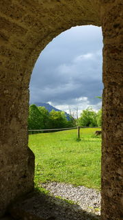 Blick vom Kircheneingang Richtung Untersberg