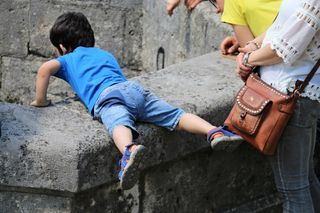 Der Türkenbrunnen ist mit einem Gitter gesichert ;) gleich nach einem Meter......gg