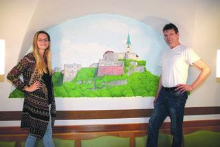 Katja Horvath hat das 2,1 Meter lange Wandgemälde angefertigt, Vater und Gastwirt Martin ist sehr stolz darauf.