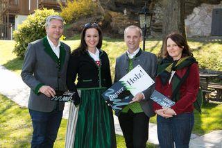 Landesinnungsmeister für Holzbau Oskar Beer, Moderatorin des Abends Kathi Wenusch sowie Josef und Gabi König aus St. Radegund