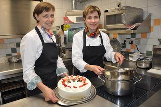 Johanna Reinisch (re.) und Katharina Edler machen das Feiern im Familienkreis zuhause  zu einem besonderen Erlebnis
