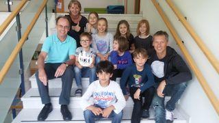 Sportunionobmann Wolfgang Schorn, Direktorin der VS-Zell Ulrike Bauer und Stadtlaufkoordinator Andreas Buder mit den Kindern der VS-Zell.