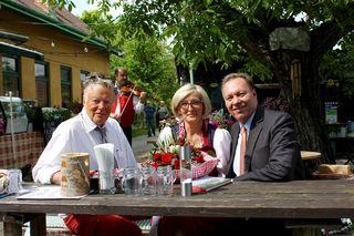 Die Heurigen-Chefs Günter Wolfgang und Jelena Friedreich mit Bezirksvorsteher Franz Prokop (r.) bei der Neueröffnung.