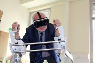 """Josef Witke (WKW) genießt seinen virtuellen """"Flug"""" am ICAROS Flugsimulator"""