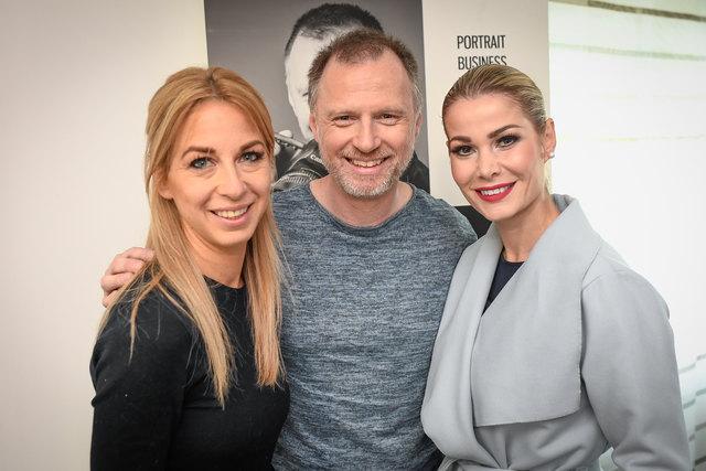 Fotograf Alex List mit Charity-Lady Yvonne Rueff (li.) und Ex-Miss Carmen Stamboli.