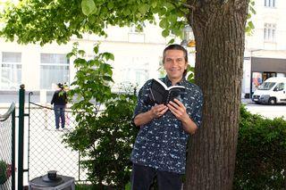 Weltenbummler Ferit Payci mit seinem neuen Buch - daheim ist er in Penzing