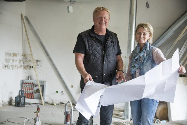 Baustellenbesichtigung: Franz Grossauer und Helga Handl, die Seele des Hauses. Bis zur Eröffnung laufen die Arbeiten auf Hochtouren.