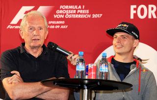 Max Verstappen als Mikrofon-Halter für Helmut Marko. Foto: GEPA pictures