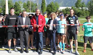 Diözesanadministrator Jakob Bürgler, Caritas-Direktor Georg Schärmer, GRin Ruth Blaser-Hajnal und Extremsportlerin Katharina Zipser gaben mit den Swarco Raiders Tirol den Start frei.