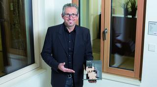 """Karlheinz Kliemstein: """"Der Aufbau eines Fensterstocks ist für die Stabilität und langjährige perfekte Funktion des Fensters enorm wichtig. Bei Josko ist das eine grundsolide Konstruktion aus heimischen Holz!"""""""