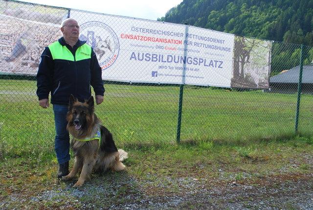 Karlheinz Riesenberger, hier mit seinem Hund Pandit, ist Präsident der ÖRD Einsatzorganisation für Rettungshunde und sucht neue Teams