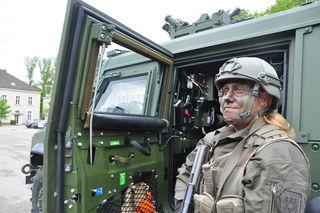 """Kraczinski vor einem """"Husar"""", einem Allradfahrzeug des Bundesheeres."""