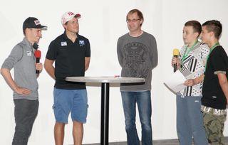 Die Stargäste Stefan Kraft und Alex Diess (v.l.) stellten sich den Fragen der Kinderreporter (rechts).