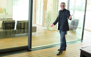 """Karlheinz Kliemstein: """"Mehr als 20 Jahre Erfahrung unserer zertifizierten Monteure lösen mit unserem Spezial-Fensterkran selbst schwierigste Fenstereinbauten!"""""""