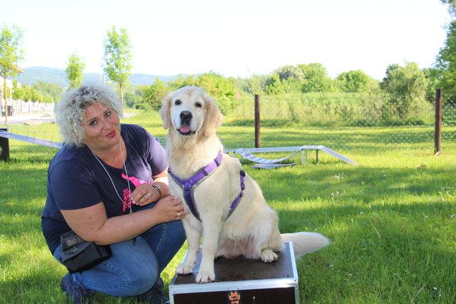 Nicole Lachmair mit ihrer fünfjährigen Therapiehündin Lucy.